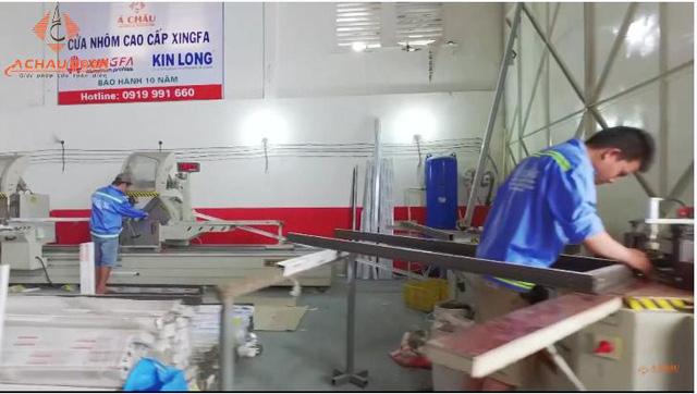 Đội ngũ thợ chuyên nghiệp, tay nghề cao là nguồn lực không thể thiếu đối với các xưởng sản xuất nhôm kính